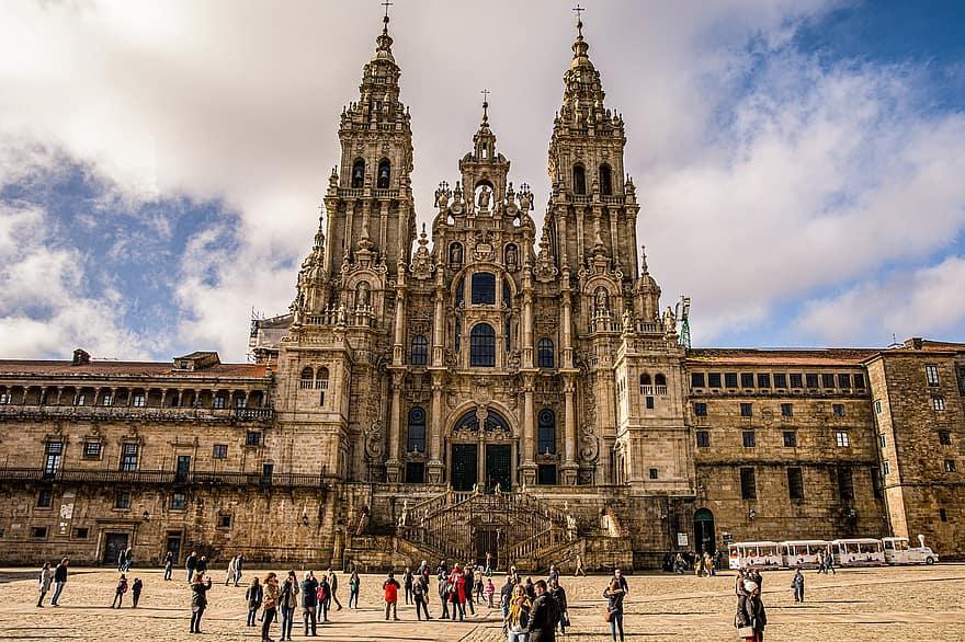 La Plaza del Obradoiro y la Catedral de Santiago son las metas finales de tu caminata.