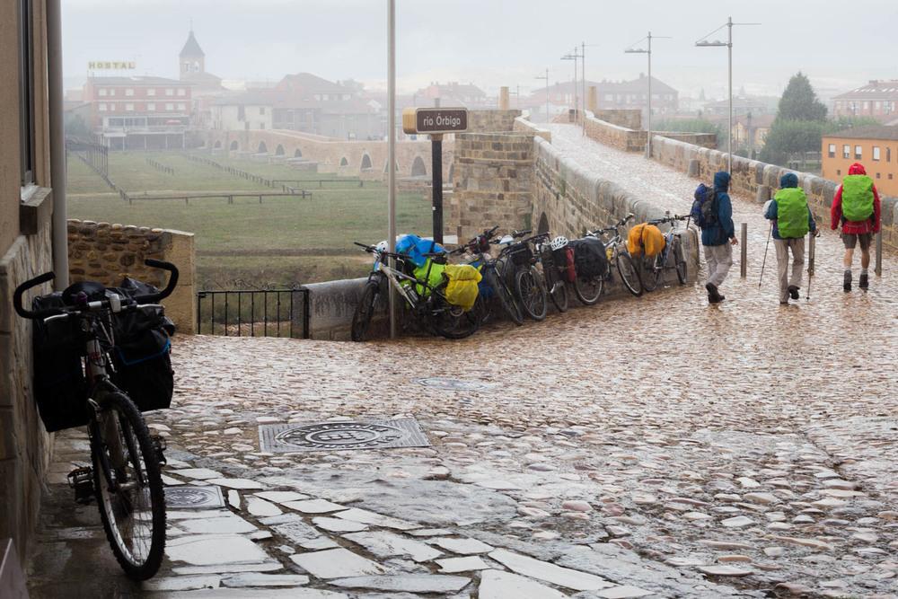 Etapa lluviosa para tres peregrinos durante su caminata en el Camino de Santiago